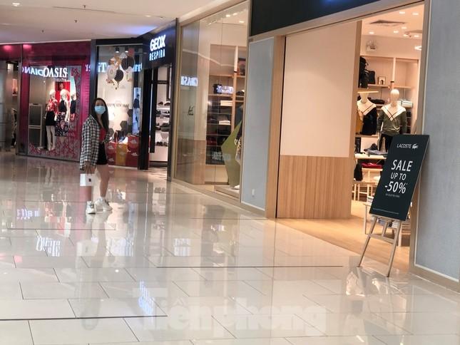 Sợ virus corona, nhân viên ở nhiều trung tâm thương mại đeo khẩu trang đón khách ảnh 11