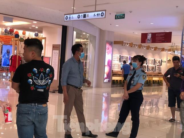 Sợ virus corona, nhân viên ở nhiều trung tâm thương mại đeo khẩu trang đón khách ảnh 1