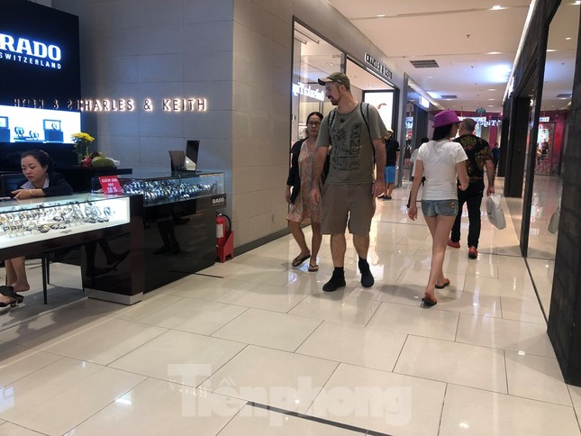 Sợ virus corona, nhân viên ở nhiều trung tâm thương mại đeo khẩu trang đón khách ảnh 16