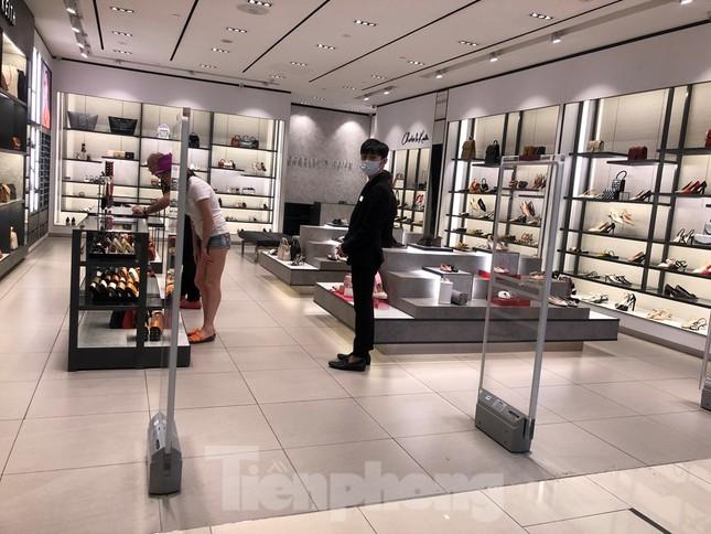 Sợ virus corona, nhân viên ở nhiều trung tâm thương mại đeo khẩu trang đón khách ảnh 2