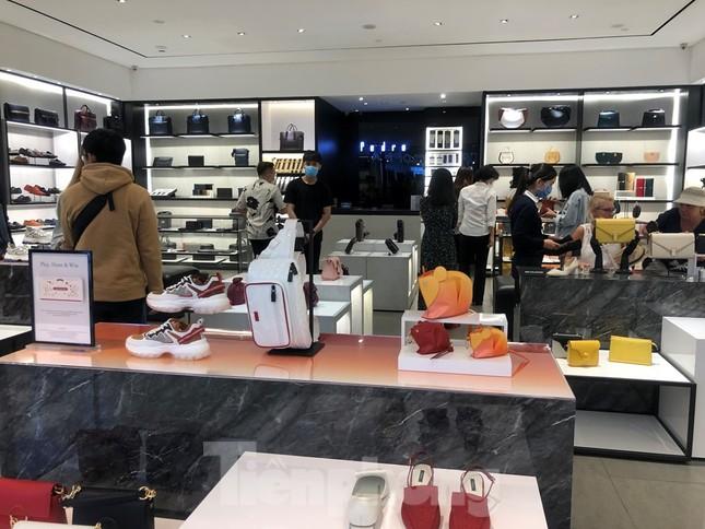 Sợ virus corona, nhân viên ở nhiều trung tâm thương mại đeo khẩu trang đón khách ảnh 3