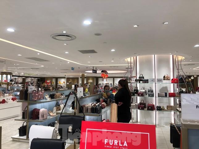 Sợ virus corona, nhân viên ở nhiều trung tâm thương mại đeo khẩu trang đón khách ảnh 7