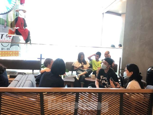 Sợ virus corona, nhân viên ở nhiều trung tâm thương mại đeo khẩu trang đón khách ảnh 12