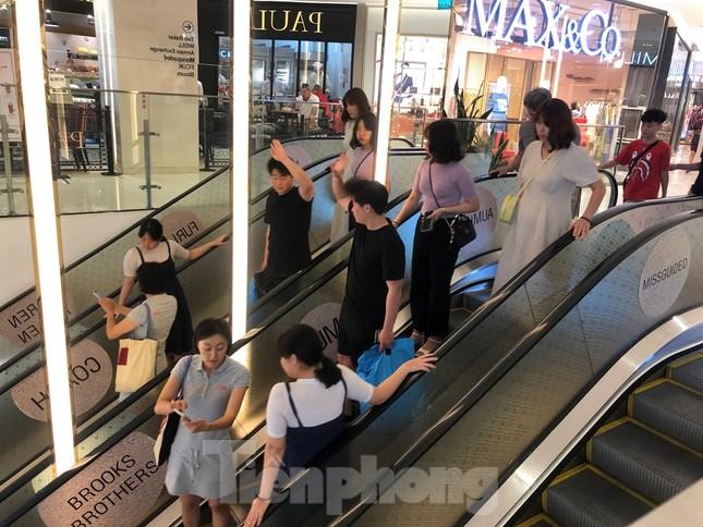 Sợ virus corona, nhân viên ở nhiều trung tâm thương mại đeo khẩu trang đón khách ảnh 17