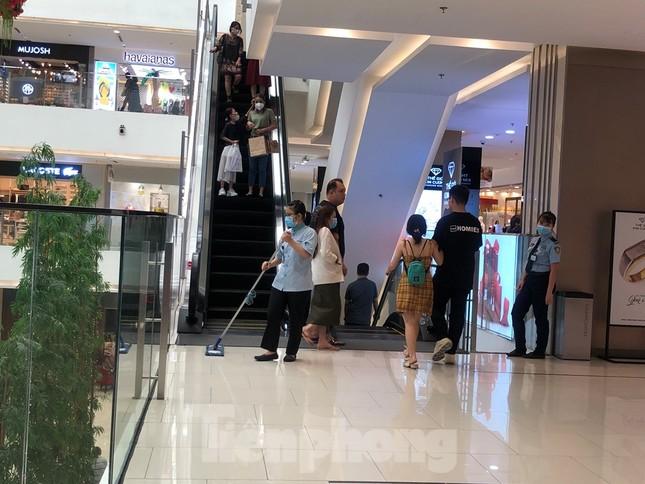Sợ virus corona, nhân viên ở nhiều trung tâm thương mại đeo khẩu trang đón khách ảnh 4