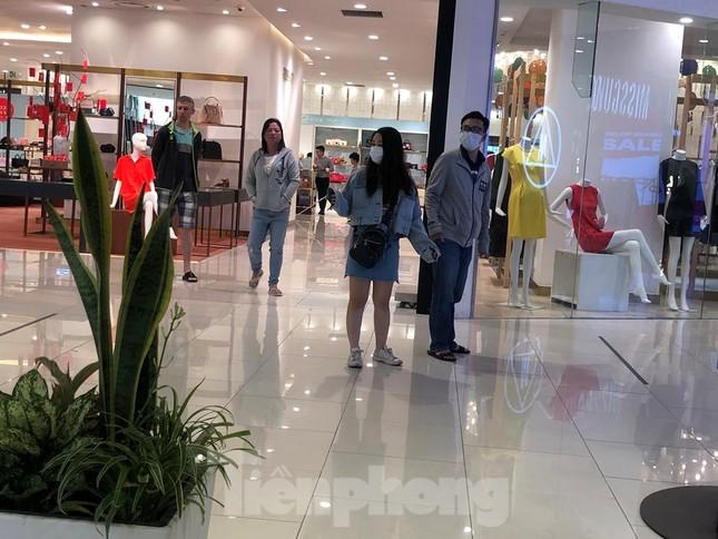 Sợ virus corona, nhân viên ở nhiều trung tâm thương mại đeo khẩu trang đón khách ảnh 13