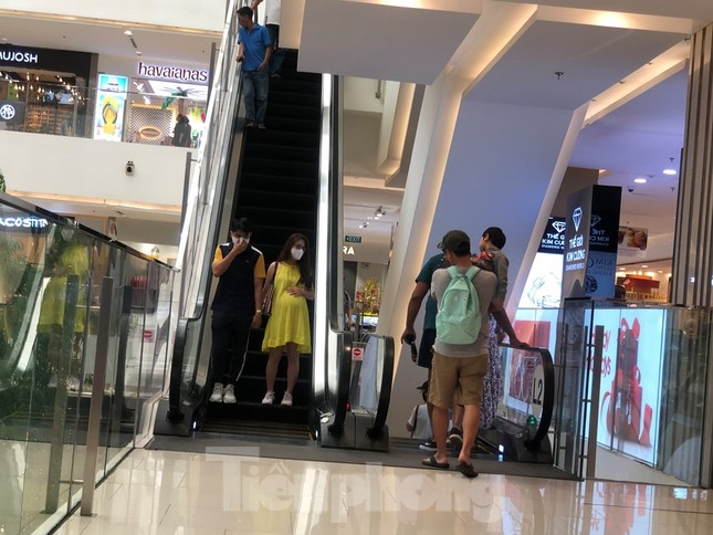 Sợ virus corona, nhân viên ở nhiều trung tâm thương mại đeo khẩu trang đón khách ảnh 14