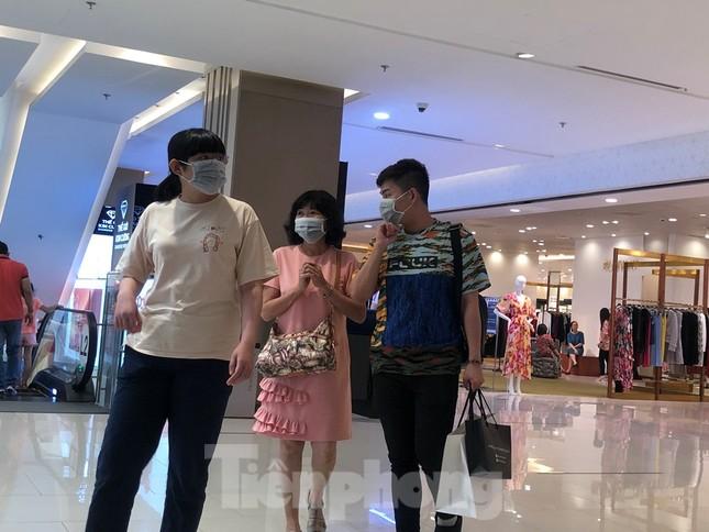 Sợ virus corona, nhân viên ở nhiều trung tâm thương mại đeo khẩu trang đón khách ảnh 15