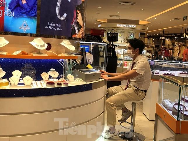 Sợ virus corona, nhân viên ở nhiều trung tâm thương mại đeo khẩu trang đón khách ảnh 8