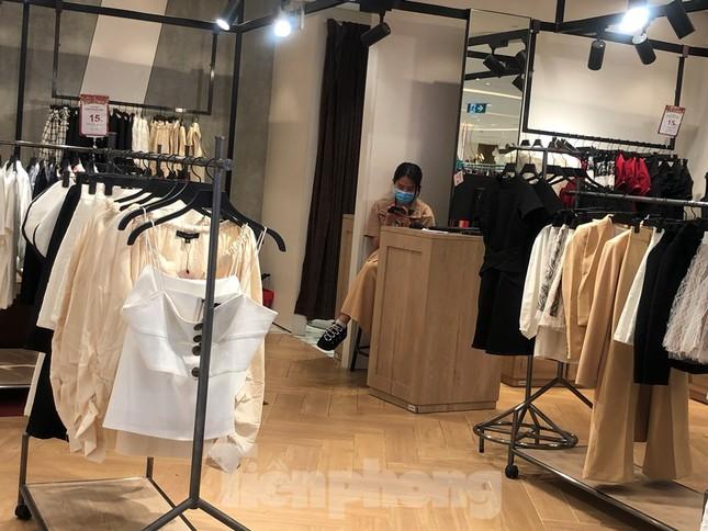 Sợ virus corona, nhân viên ở nhiều trung tâm thương mại đeo khẩu trang đón khách ảnh 9