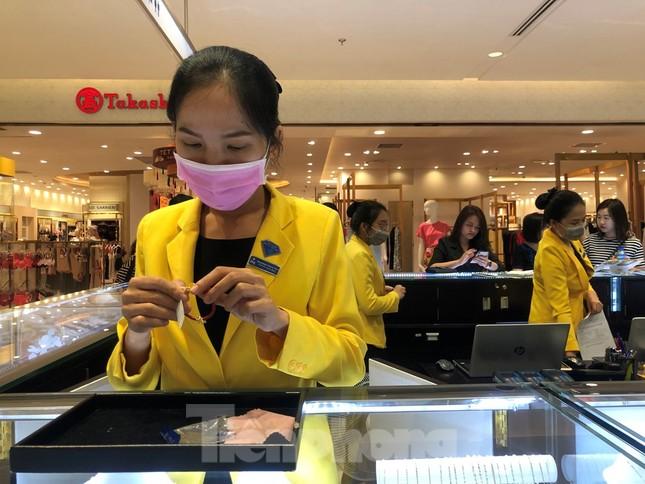 Sợ virus corona, nhân viên ở nhiều trung tâm thương mại đeo khẩu trang đón khách ảnh 5