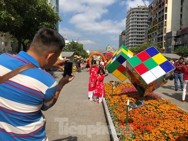 Vì sao tiểu cảnh ở phố đi bộ Nguyễn Huệ tả tơi ảnh 2