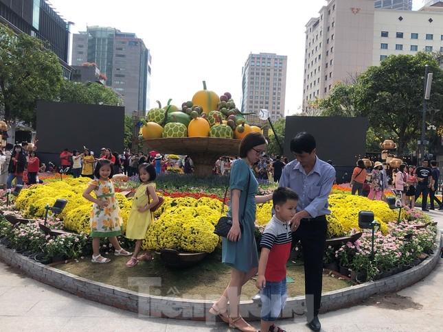 Vì sao tiểu cảnh ở phố đi bộ Nguyễn Huệ tả tơi ảnh 10