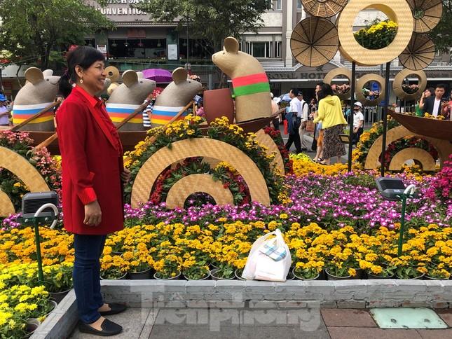 Vì sao tiểu cảnh ở phố đi bộ Nguyễn Huệ tả tơi ảnh 12