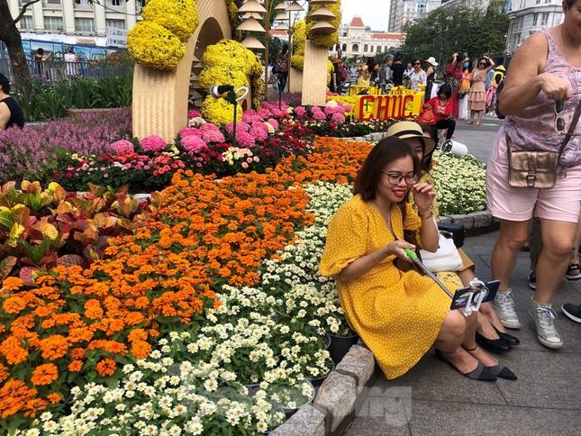 Vì sao tiểu cảnh ở phố đi bộ Nguyễn Huệ tả tơi ảnh 17