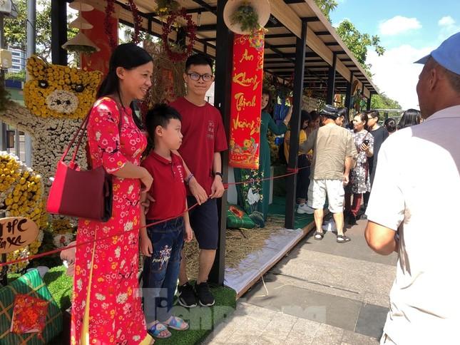 Vì sao tiểu cảnh ở phố đi bộ Nguyễn Huệ tả tơi ảnh 22