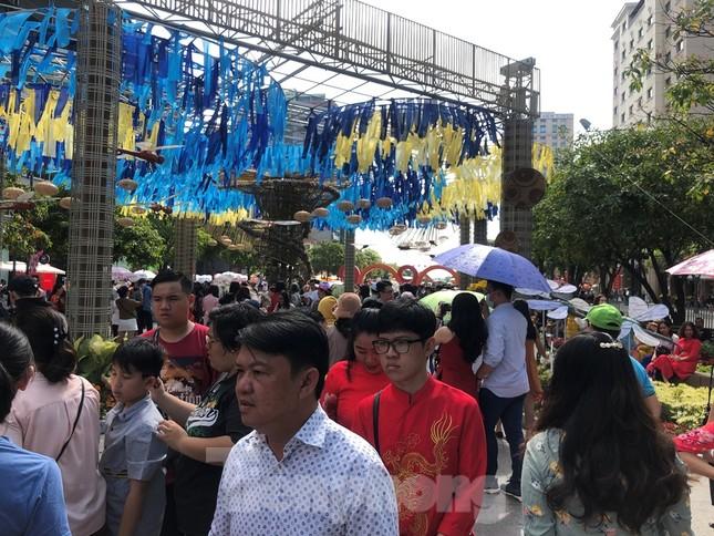 Vì sao tiểu cảnh ở phố đi bộ Nguyễn Huệ tả tơi ảnh 5
