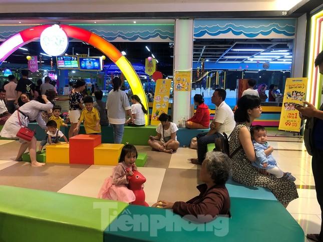 Trung tâm mua sắm, khu vui chơi Sài Gòn quá tải ngày cuối nghỉ Tết Nguyên đán ảnh 17