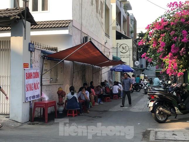 Hàng quán vẫn nghỉ tết, dân công sở chật vật tìm quán ăn ảnh 11