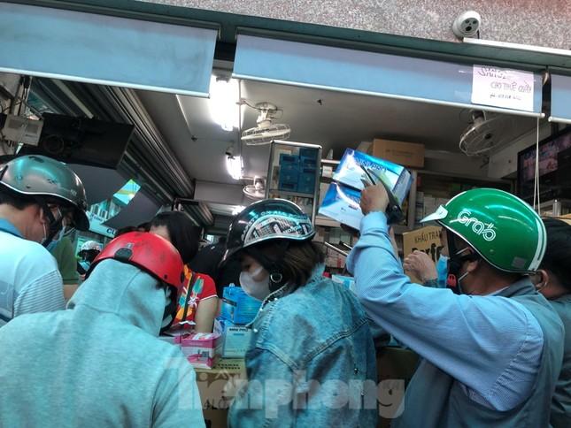 Cháy hàng, sốt giá khẩu trang y tế vì virus corona ảnh 13