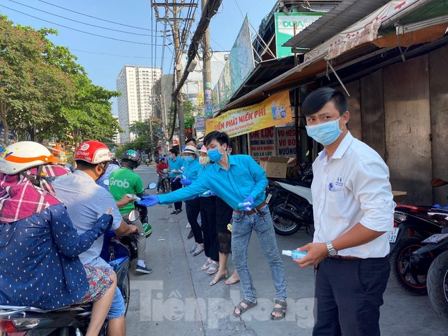 TiTiOne tặng hàng ngàn chai nước rửa tay miễn phí đến người dân ảnh 9