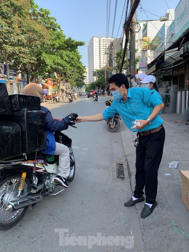TiTiOne tặng hàng ngàn chai nước rửa tay miễn phí đến người dân ảnh 10