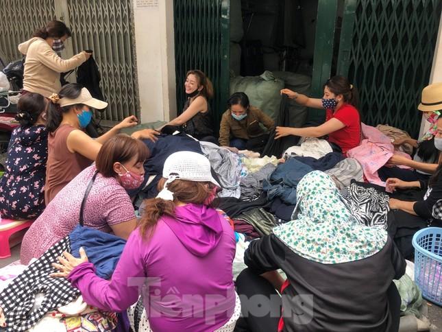 TPHCM ngày đầu sau cách ly xã hội: Hàng quán tấp nập, nhiều người 'quên' khẩu trang ảnh 8