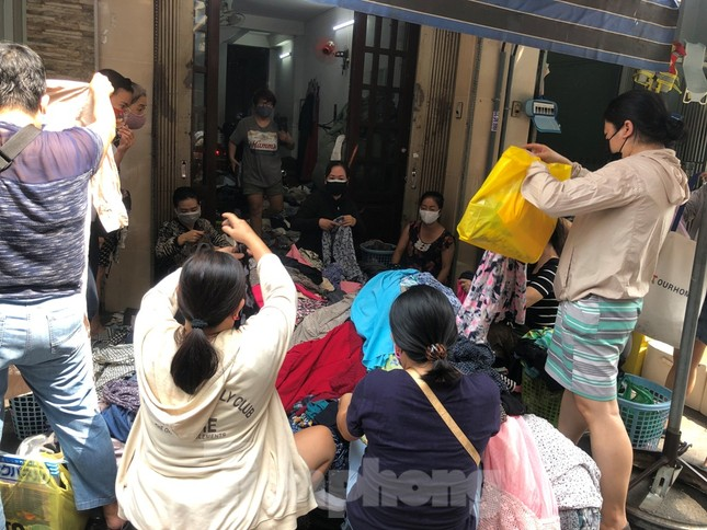 TPHCM ngày đầu sau cách ly xã hội: Hàng quán tấp nập, nhiều người 'quên' khẩu trang ảnh 7