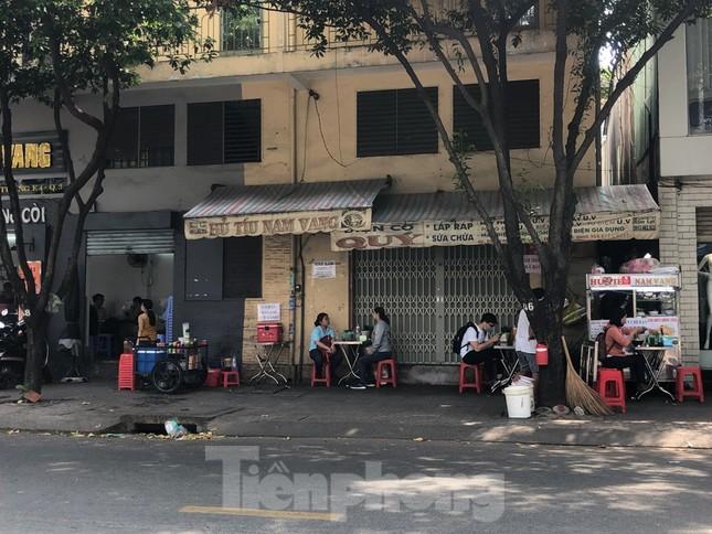 TPHCM ngày đầu sau cách ly xã hội: Hàng quán tấp nập, nhiều người 'quên' khẩu trang ảnh 1