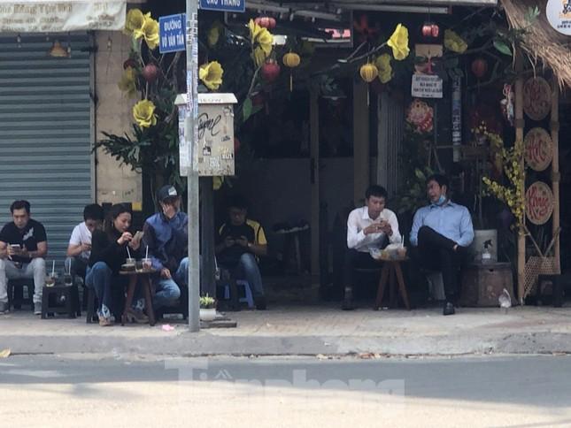 TPHCM ngày đầu sau cách ly xã hội: Hàng quán tấp nập, nhiều người 'quên' khẩu trang ảnh 2