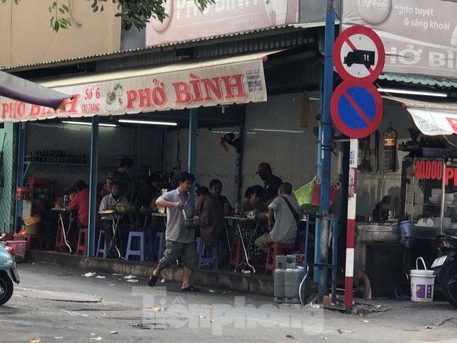 TPHCM ngày đầu sau cách ly xã hội: Hàng quán tấp nập, nhiều người 'quên' khẩu trang ảnh 3