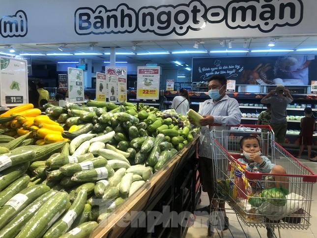 Dân Sài Gòn vào siêu thị săn đồ giảm giá đợt nghỉ lễ ảnh 3