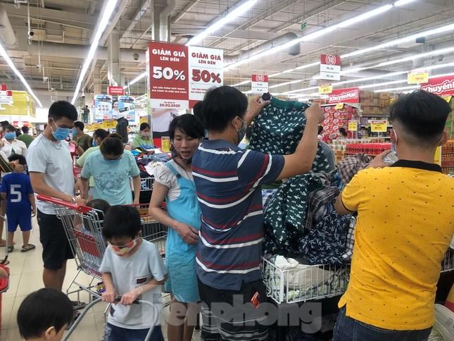 Dân Sài Gòn vào siêu thị săn đồ giảm giá đợt nghỉ lễ ảnh 12