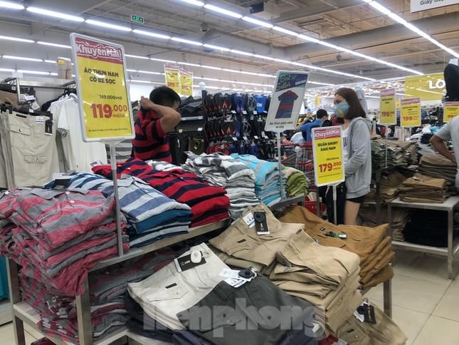 Dân Sài Gòn vào siêu thị săn đồ giảm giá đợt nghỉ lễ ảnh 13