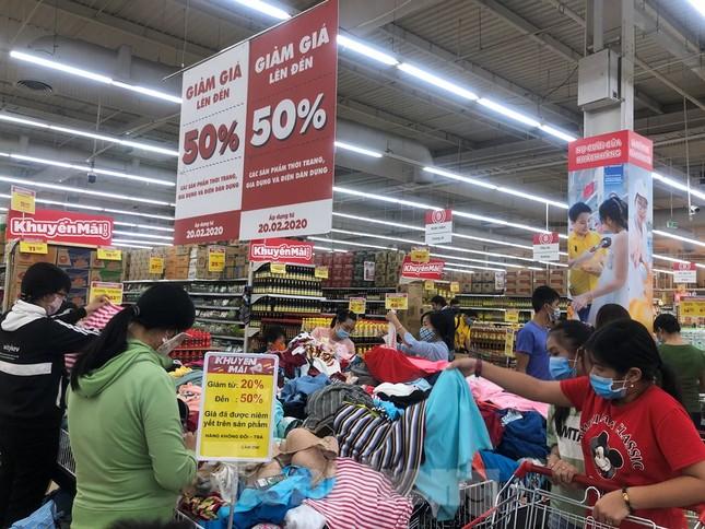Dân Sài Gòn vào siêu thị săn đồ giảm giá đợt nghỉ lễ ảnh 14