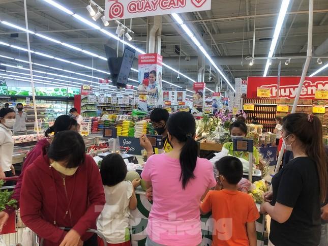 Dân Sài Gòn vào siêu thị săn đồ giảm giá đợt nghỉ lễ ảnh 4