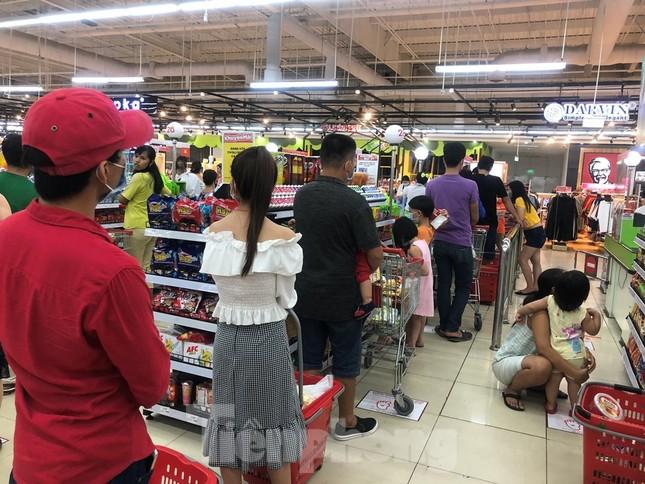 Dân Sài Gòn vào siêu thị săn đồ giảm giá đợt nghỉ lễ ảnh 7