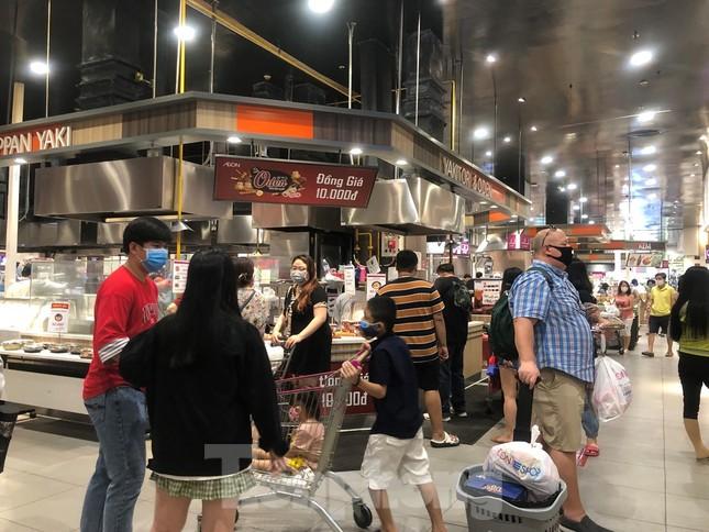Dân Sài Gòn vào siêu thị săn đồ giảm giá đợt nghỉ lễ ảnh 6