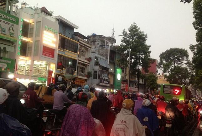 Cẩn thận dễ đổ bệnh khi Sài Gòn 'lúc nắng lúc mưa' ảnh 1