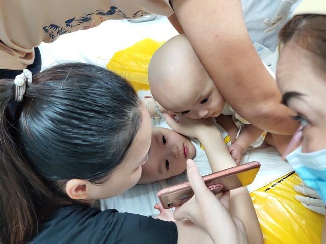 Phẫu thuật tách cặp song sinh 'dùng chung một tã': Cha mẹ khóc nức nở ảnh 2