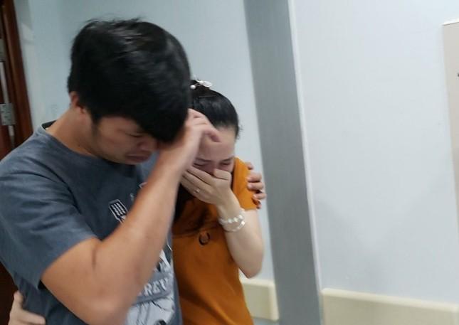 Phẫu thuật tách cặp song sinh 'dùng chung một tã': Cha mẹ khóc nức nở ảnh 3