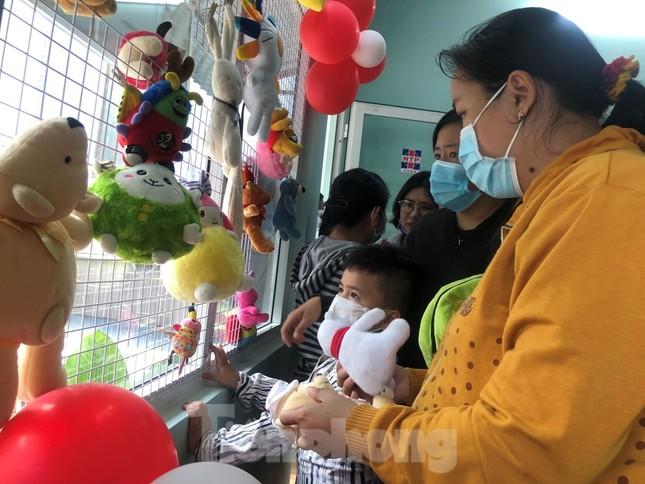 Bệnh nhân nghèo ấm lòng với gian hàng 'chia sẻ yêu thương' ảnh 2