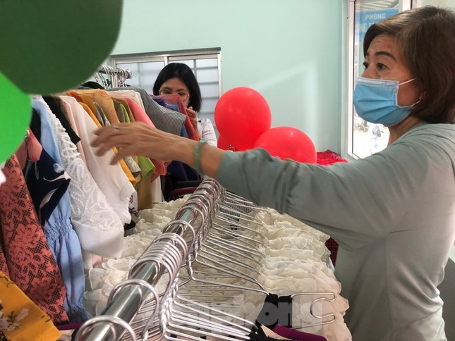 Bệnh nhân nghèo ấm lòng với gian hàng 'chia sẻ yêu thương' ảnh 3