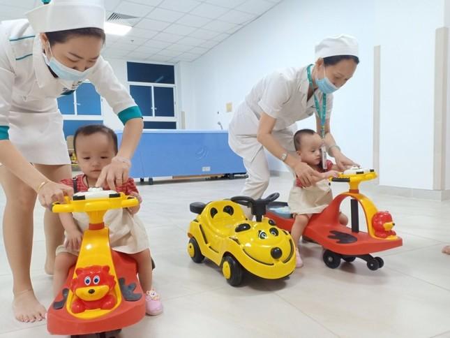 Song Nhi đến viện tái khám, thích thú trổ tài 'đua xe' ảnh 7