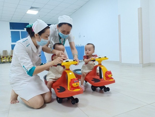 Song Nhi đến viện tái khám, thích thú trổ tài 'đua xe' ảnh 8