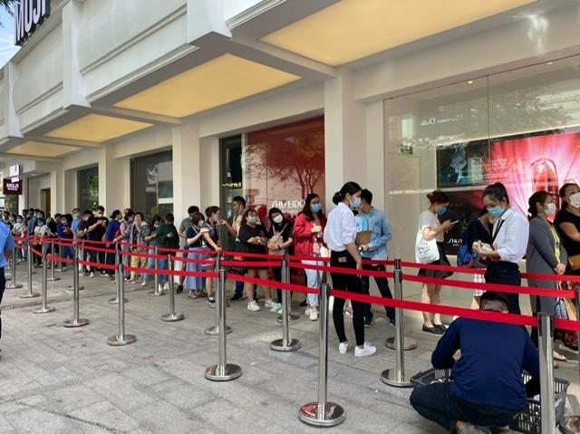 TPHCM: Rồng rắn chen chân mua hàng giảm giá ngày Black Friday ảnh 7