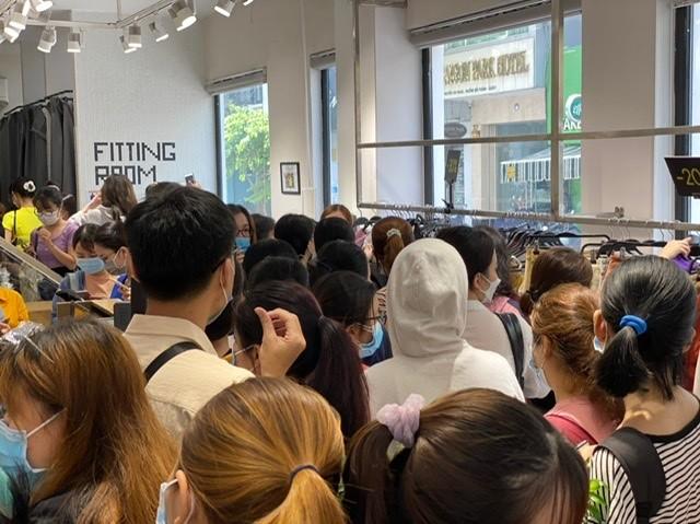 TPHCM: Rồng rắn chen chân mua hàng giảm giá ngày Black Friday ảnh 3