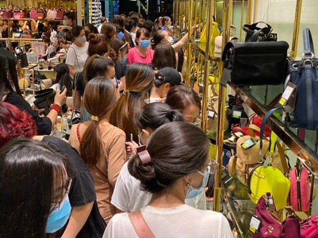 TPHCM: Rồng rắn chen chân mua hàng giảm giá ngày Black Friday ảnh 6