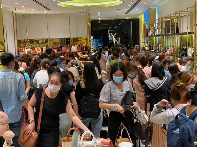 TPHCM: Rồng rắn chen chân mua hàng giảm giá ngày Black Friday ảnh 9