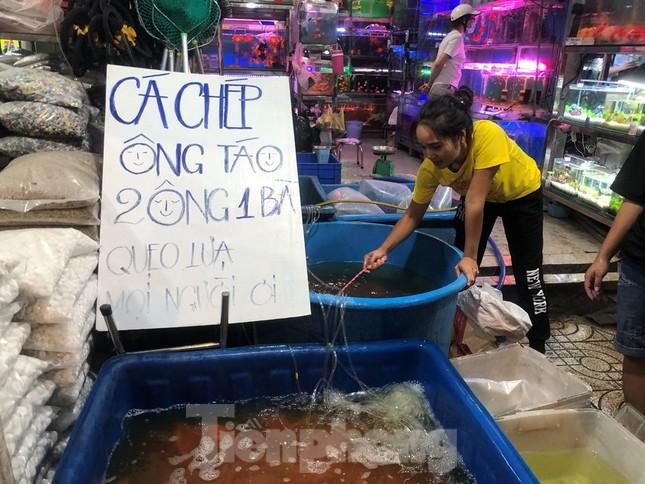Tối muộn, người TPHCM tranh thủ mua cá chép cúng ông Táo ảnh 1